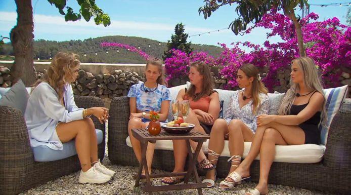 'Temptation Island: Love or Leave': presentatrice Monica Geuze en de dames.