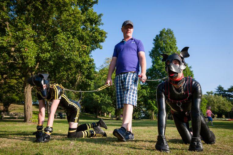 Andy neemt twee pups, onder wie zijn vriendje Scamp (rechts) mee naar het park.  Beeld Erik Messori