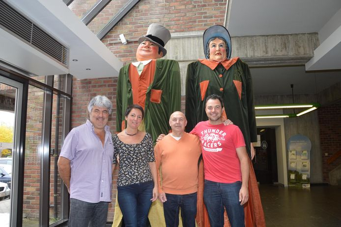Gino Standaert en zoon Christophe Standaert (rechts) met Danny De Saedeleer en Kathleen De Herder van de dienst Toerisme bij de reuzen Doeken en Doeka in het stadhuis. De vernieuwde reuzen zullen zaterdag pas worden onthuld.