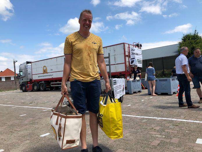 Als groot liefhebber van aardappelen - gewoon gekookt - is Teun van Roosmalen blij met de twee goedgevulde tassen.