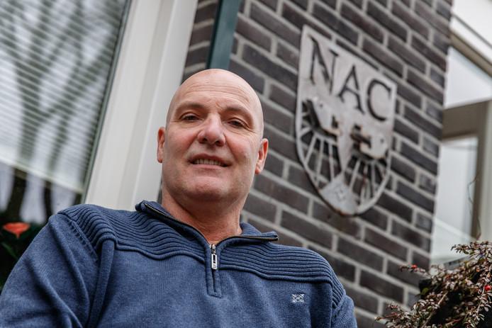Sjaak van Bergen is NAC-fan. Zijn zoon die bij een ongeval om het leven is gekomen heeft het embleem op de achtergrond gemaakt.