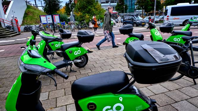 Chaos bij station Stadspolders door geparkeerde deelscooters: 'Je kunt niet eens op de stoep lopen'