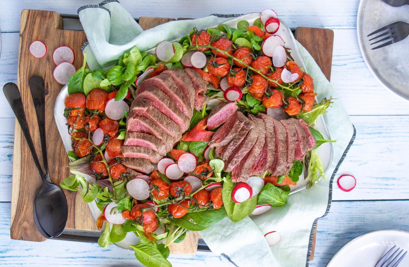 Biefstuksalade met gepofte tomaatjes.