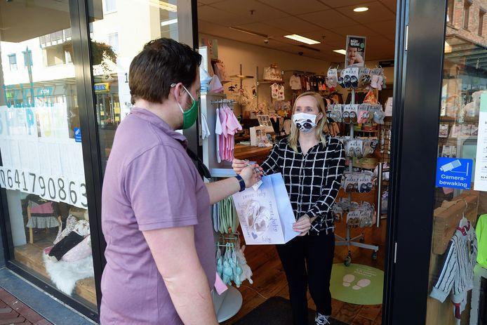Brenda Mastenbroek van de baby- en kinderkledingwinkel Hippe Ukkiez in het winkelcentrum van Etten-Leur heeft wel klanten via Click & Collect, maar toch te weinig om het vol te kunnen houden, zegt ze.