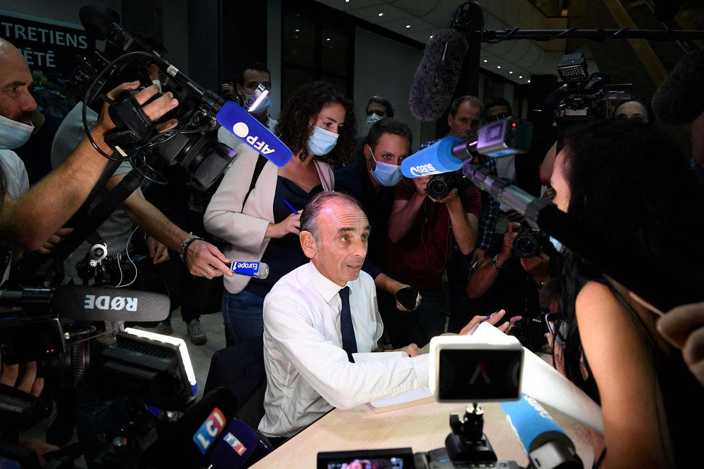Éric Zemmour deelt handtekeningen uit bij de presentatie van zijn nieuwe boek. Officieel is hij nog geen presidentskandidaat, maar in de peilingen scoort hij goed.  Beeld AFP