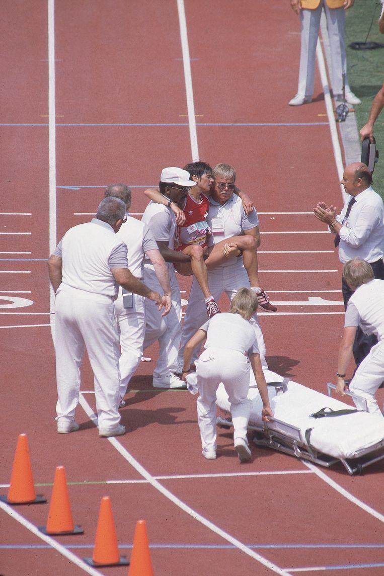Drama in Los Angeles 1984: Gabriela Andersen-Schiess wordt op een draagberrie gelegd. De Zwitserse legde de laatste ronde strompelend af en werd op een staande ovatie onthaald Beeld Sports Illustrated via Getty Ima