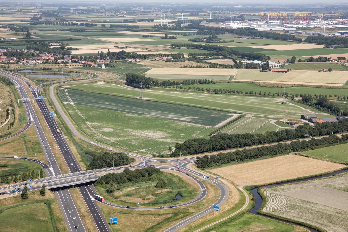 Het gebied aan de Trekdijk bij Nieuw- en Sint Joosland, ligt tussen de A58 (links), het dorp (boven) en de Schroeweg (onder). De Trekdijk is herkenbaar aan de rij bomen midden op de foto, vanaf het dorp richting de Schroeweg.