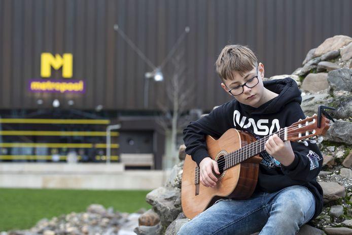 Luuk Scheepstra (12) gaat dinsdag in een lege zaal in Metropool een kerstmedley opnemen.