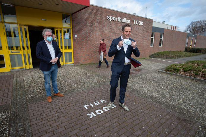 Sporthal 't Dok in Dronten wordt omgebouwd van testlocatie naar vaccinatiestraat. Minister Hugo de Jonge bracht vorige maand nog een bezoek aan de testlocatie.
