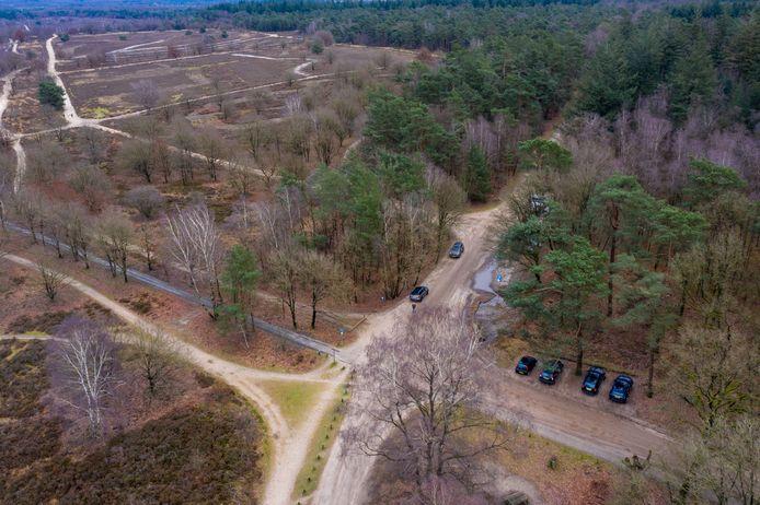 Op dit moment kan de auto nog direct naast de Ermelosche heide worden geparkeerd. Deze parkeerplaatsen worden mogelijk verplaatst naar het gebied tussen de schaapskooi en de Drieërweg, met als doel het beschermen van de kwetsbare natuur.