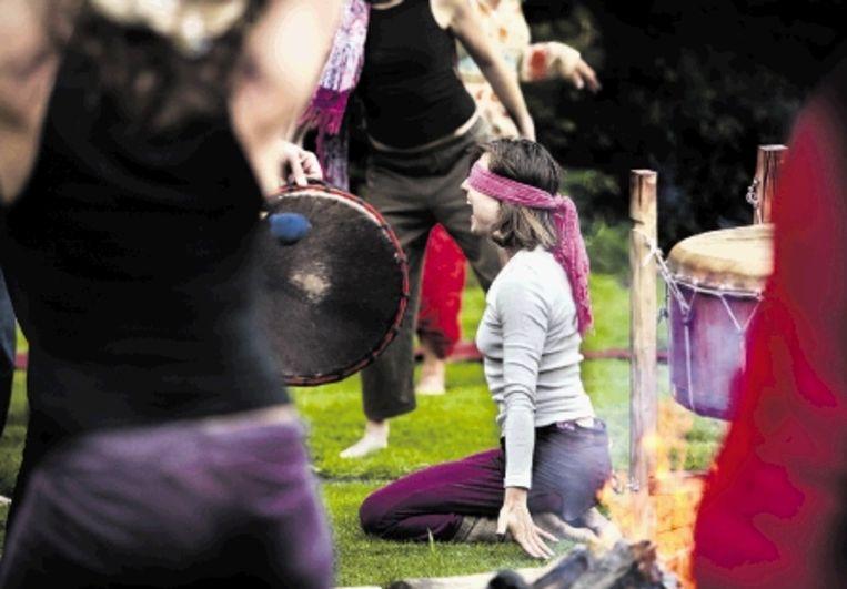 De trommels beginnen zachtjes, iedereen concentreert zich op zijn ademhaling. Zwaar, kort, heftig, licht, hijgend of juist zuchtend ademt de groep. De percussie zwelt aan. (FOTO'S MAARTEN HARTMAN) Beeld Maarten Hartman