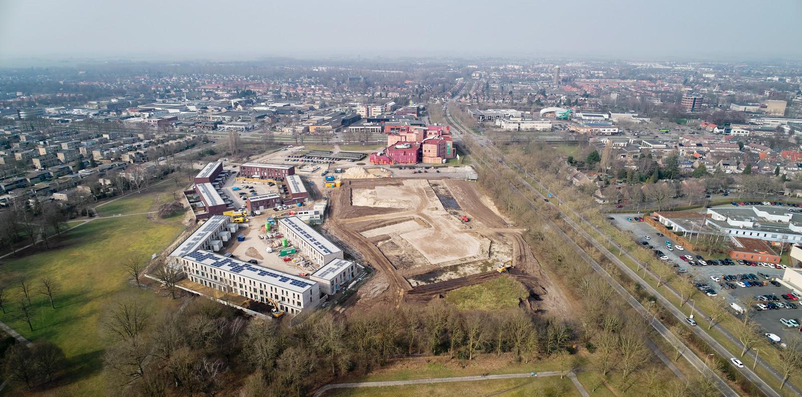 Het Componistenkwartier in aanbouw, met links de eerste twee 'scherven' en rechts de plek waar de laatste twee verrijzen. Het complex met de rode gevels is ROC De Leijgraaf aan de Euterpelaan.