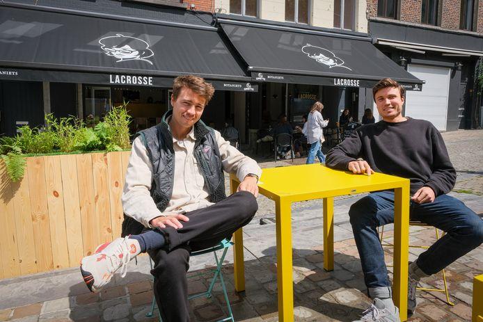 Sydney en Dylan Cabuy voor het pas geopende Coffee Lacrosse.