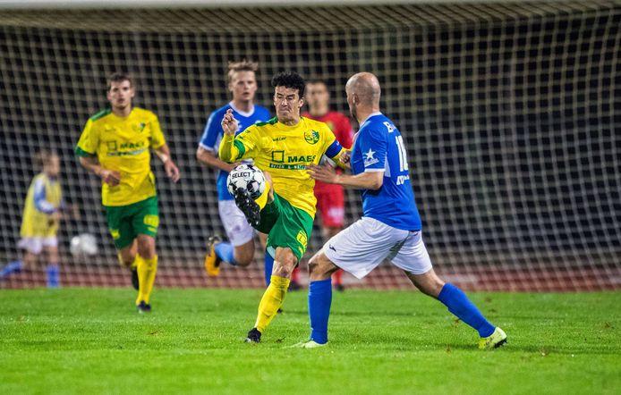 Een beeld uit een duel van vorig seizoen. Hans Hannes (centraal) controleert de bal voor Tom Proost (KFC Turnhout).