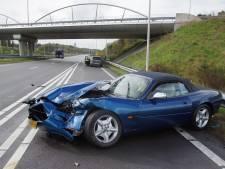 Auto spint op N261 Loon op Zand en botst met vrachtwagen, automobilist gewond