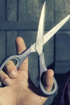 Jaloerse echtgenoot zet schaar in liefdesrivaal en maakt penis zoek