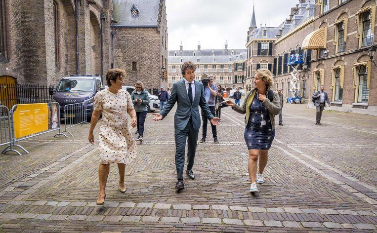 Lilianne Ploumen en Jesse Klaver verlaten het Binnenhof na afloop van een gesprek met informateur Mariëtte Hamer over de kabinetsformatie.  Beeld ANP