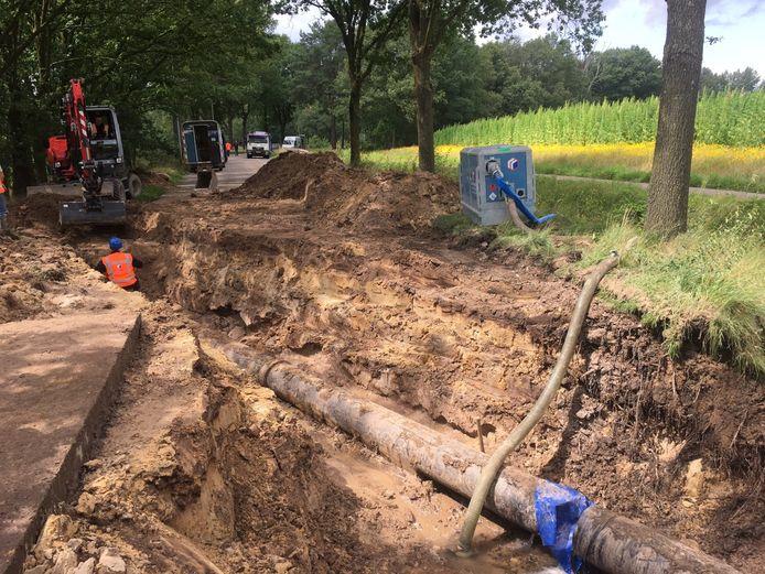 Lekkage aan een transportleiding van water aan de Stroomkesberg in Vessem.