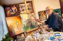 Rudolf Gras in zijn atelier. Het ontwerp voor de schildering houdt hij nog even geheim.