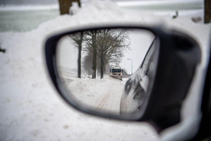 Op de Broekstraat tussen Hernen en Leur zijn sneeuwschuivers maandag druk bezig om de wegen weer begaanbaar te maken.