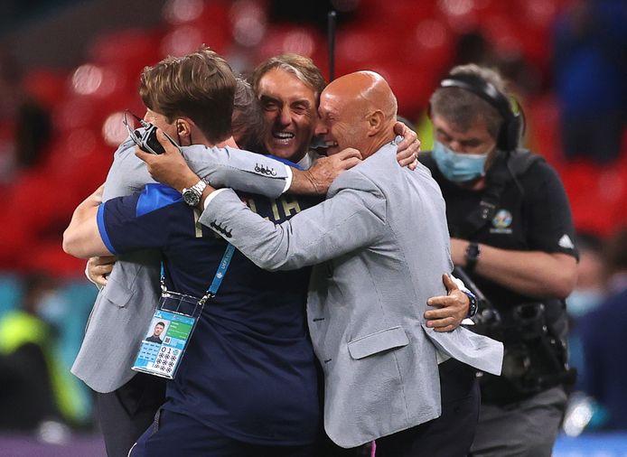 Roberto Mancini (al centro) festeggia l'accesso ai quarti di finale con lo staff tecnico.