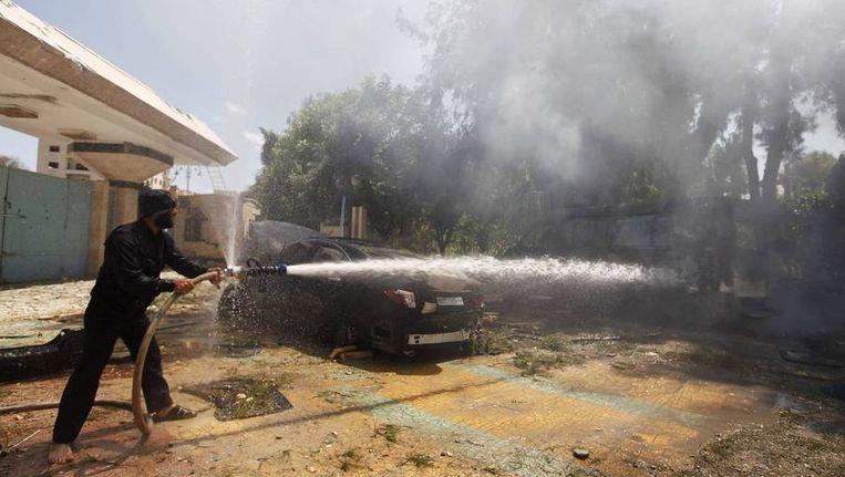 Een strijder van Jabhat al-Nusra dooft een vuur bij een gevechtsbasis van de beweging. Beeld reuters