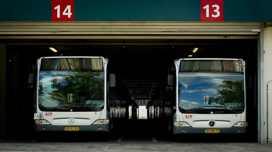 Woensdag mogen de bussen in Rotterdam, Amsterdam en Den Haag buiten de spits in de garage blijven.