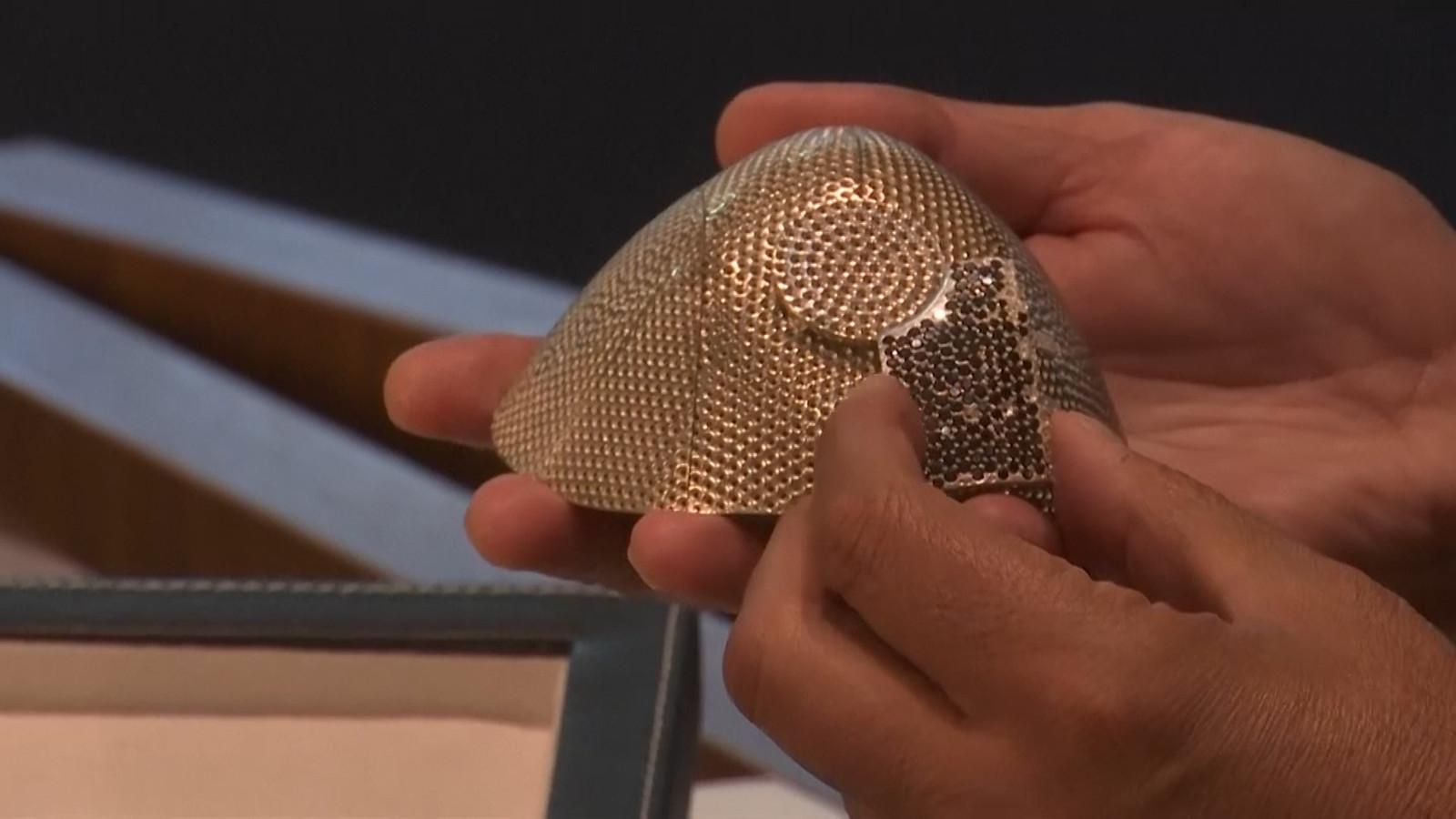 Isaac Levy toont het dure masker van 18 karaats witgoud, ingelegd met 3600 diamanten.