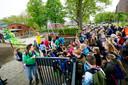 Het hek gaat open. Kinderen kunnen hun nieuwe speelplaats bekijken.