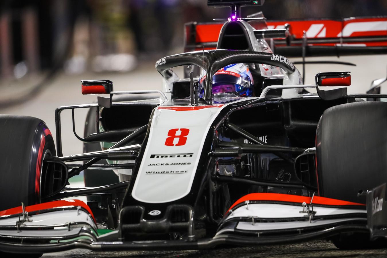 Grosjean voor de race onder de 'halo'. Het zwarte opzetstuk dat de cockpit en het hoofd van de rijders beschermt.