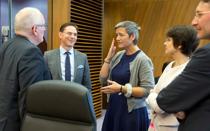 Eurocommissaris Margrethe Vestager (mededinging) in gesprek met onder meer Frans Timmermans (L)