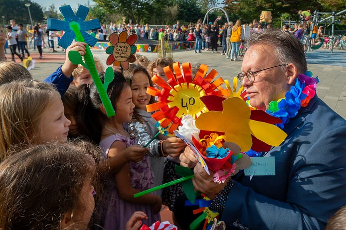 Directeur Gerrit Coldeweijer zit 40 jaar in het onderwijs. En dus wordt hij in het zonnetje gezet door de kinderen van basisschool De Kreek. Met bloemen.