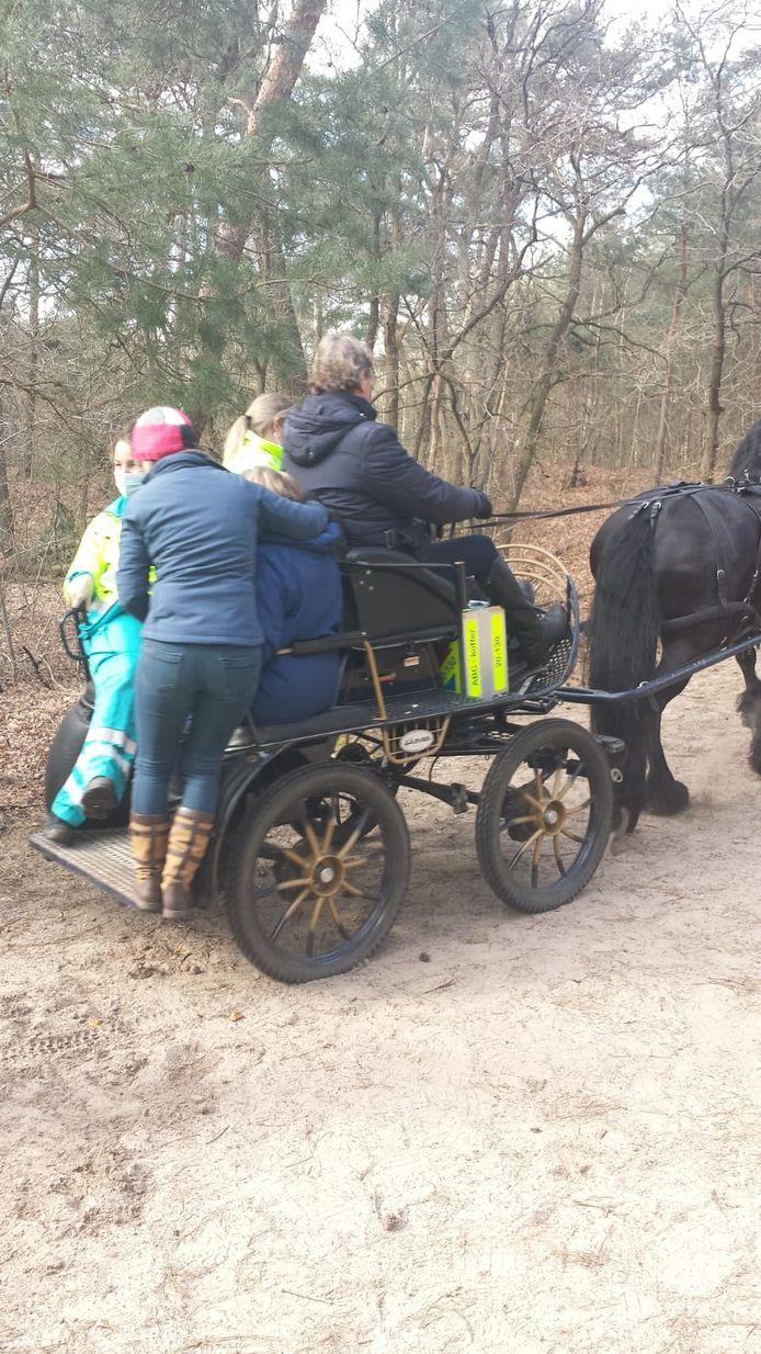 De koetsier en zijn groom schoten de ambulancemedewerkers te hulp.