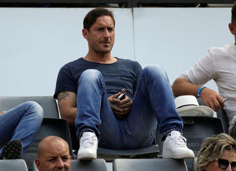 Een opvallende toeschouwer in de tribunes: AS Roma-legende Francesco Totti.