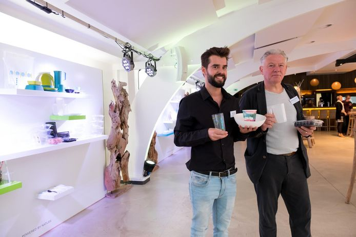 Sander Sels en Francois Geeraerts van Biopla met enkele van hun producten.