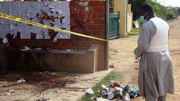 Een politieagent inspecteert de plaats van een zelfmoordaanslag in de stad Kano. Beeld AFP