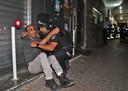 Een lid van de Israëlische veiligheidstroepen probeert een man te kalmeren in de stad Holon, nabij Tel Aviv, nadat vanuit de Gazastrook raketten werden afgevuurd.