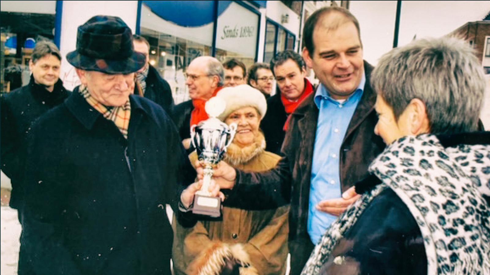 Leo van Schaijik heeft zojuist de bokaal ontvangen van wethouder Hannie Kunst voor zijn 'lelijkste pand van Nijmegen'.