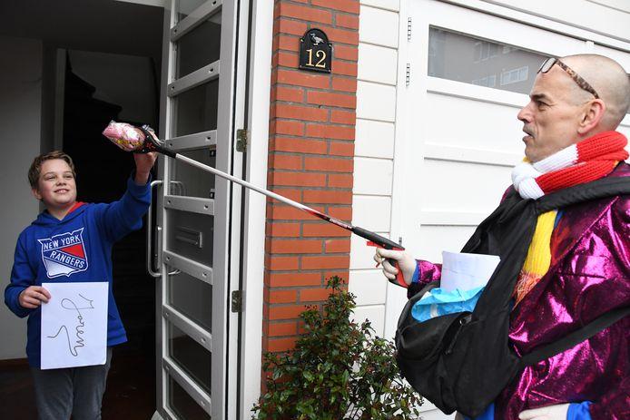 John 'Gaston' van Buul overhandigt Joren Jongen ook nog een feestelijk pakketje met daarin onder meer een confettikanon