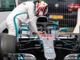 Video | Hamilton moet uitgevallen auto duwen