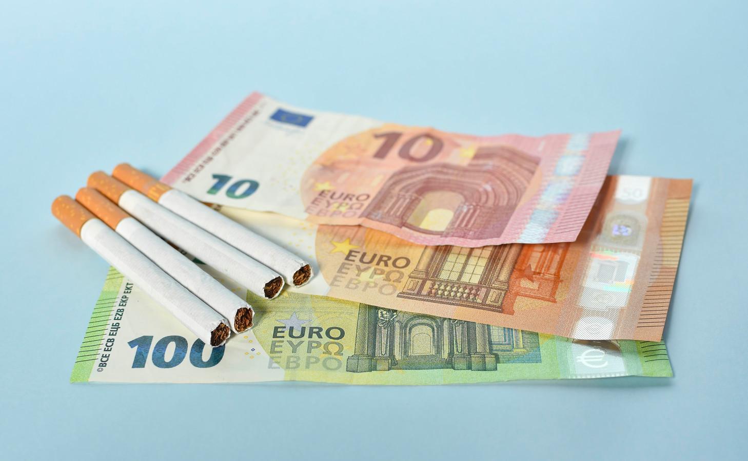 Sigaretten worden steeds duurder, maar roken kan je ook flink op kosten jagen bij de overlijdensrisicoverzekering.