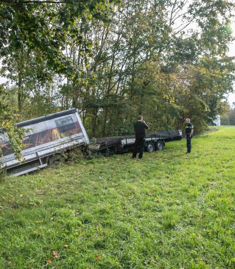 Vrachtwagentje raakt van de weg langs Schoenaker en botst tegen boom