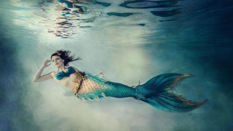 Marijke Pie beweegt soepel door het water in haar meermin-outfit. Beeld Stella Huiskamp