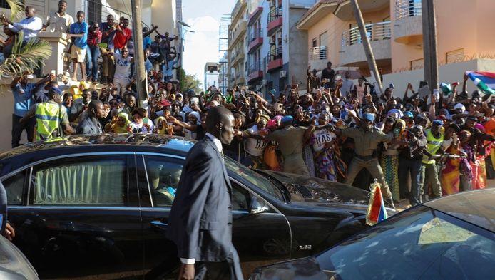 Aanhangers van de zojuist in Senegal ingezworen Gambiaanse president Adama Barrow juichen hem toe.