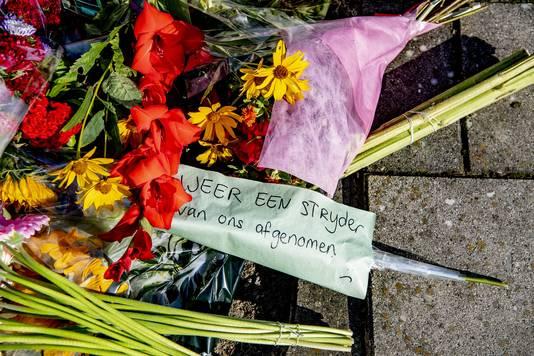 Ook voor de woning van de  vermoorde advocaat Derk Wiersum worden bloemen gelegd.