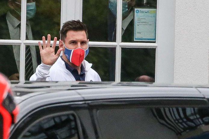 Messi verlaat het hotel in België.