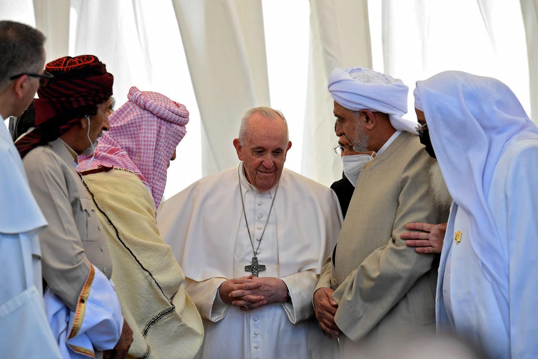Paus Franciscus spreekt met Irakese religieuze leiders tijdens zijn bezoek aan de geboorteplaats van Abraham, aartsvader van joden, christenen en moslims.  Beeld AFP