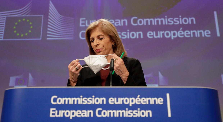 Europees Commissaris voor Gezondheid Stella Kyriakides klopte op tafel: 'We willen precies weten welke doses waar geproduceerd zijn en aan wie ze geleverd zijn.' Beeld EPA