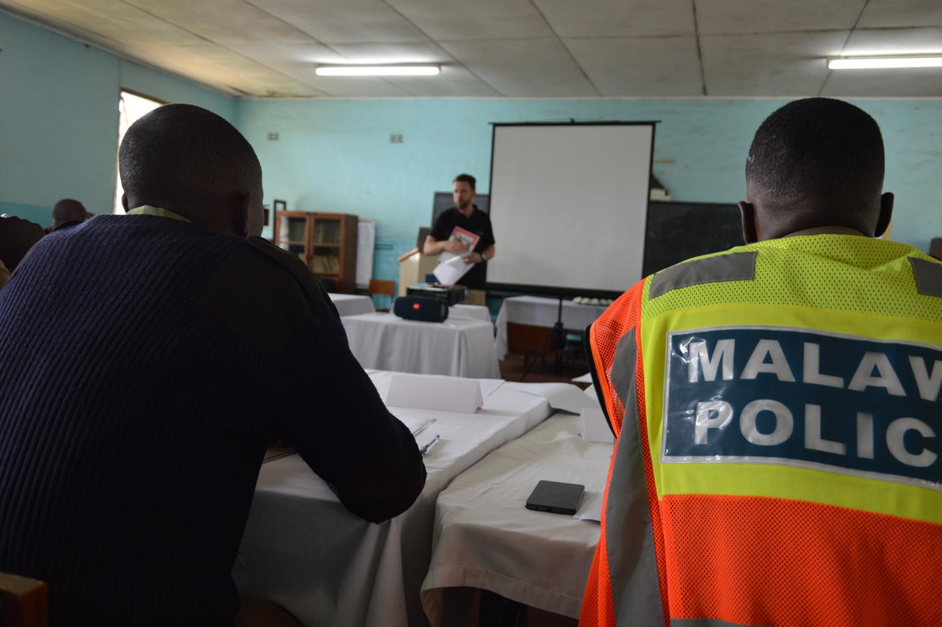 Mark traint in Malawi agenten om alert te zijn op signalen van mensenhandel.