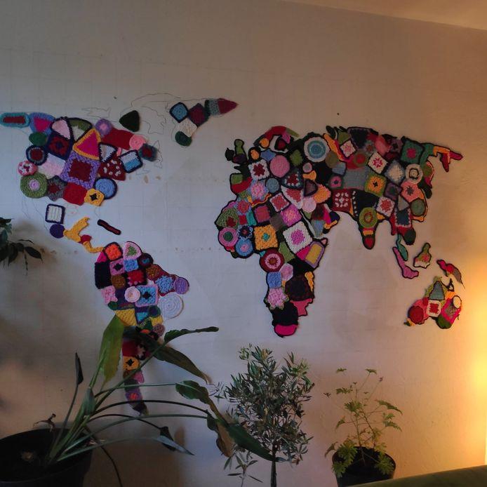 Aletta maakt de wereld aan de muur met een pakje lijm en heel veel wol. Kosten: onder de 10 euro.